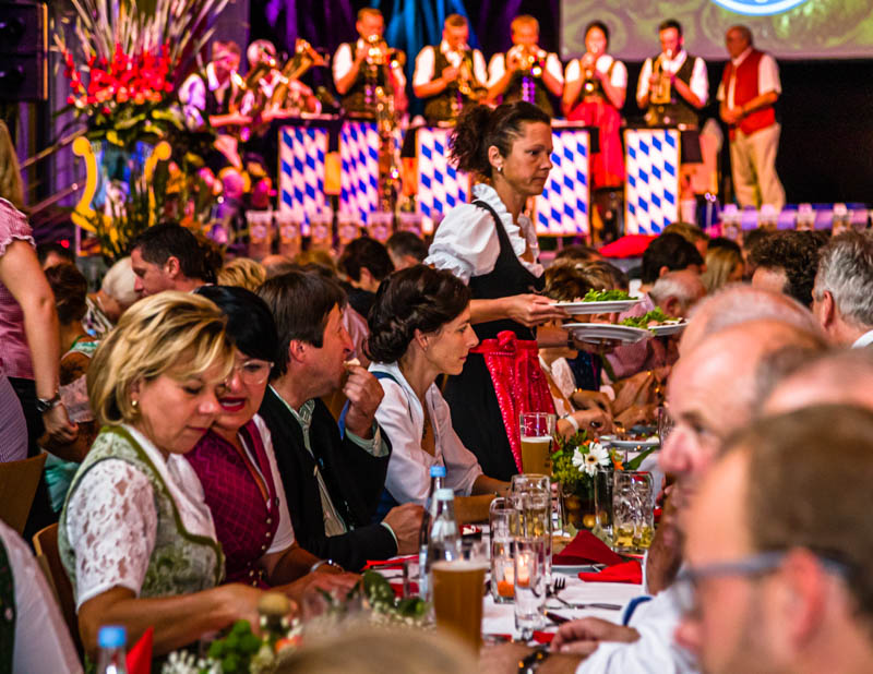 So feiert man in Bayern den Start der neuen Kartoffelsaison. Abendfüllendes Programm der 16 Erzeugergemeinschaften, die dem Verband Bayerische Kartoffel angehören. Ein großes Fest für die scheidende und die neue Königin sowie allerlei Gerichten aus der Frühkartoffel für rund 500 Gäste / © FrontRowSociety.net, Foto: Georg Berg