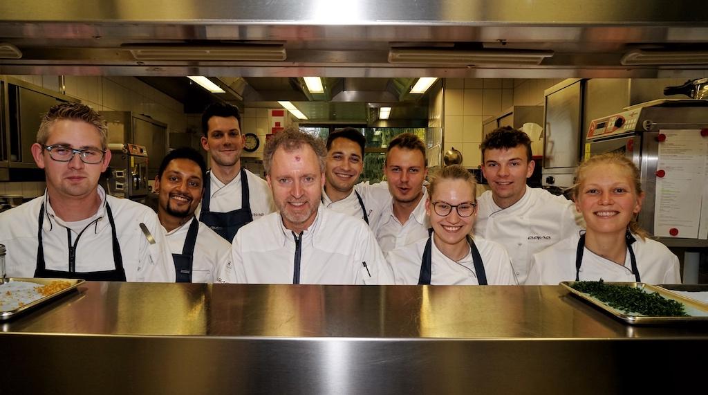 Sven Elverfeld und sein Team, bereit die Gäste mit einem perfekten kulinarischen Abend zu verwöhnen / © Redaktion FrontRowSociety.net