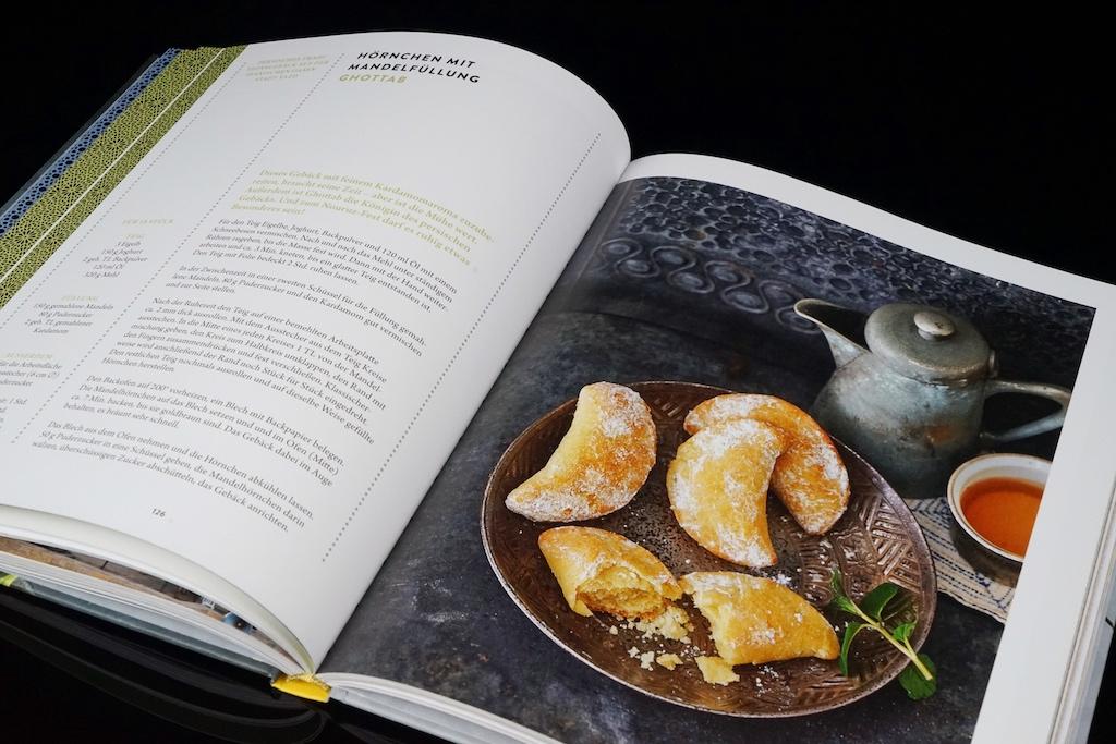 In den verschiedenen Kapiteln kann man zu jedem besonderen Anlass ein treffendes Gericht finden. Hier beispielsweise die Königin des persischen Gebäcks: Hörnchen mit Mandelfüllung (Ghottab) aus dem Kapitel Nouruz. / © Redaktion FrontRowSociety.net
