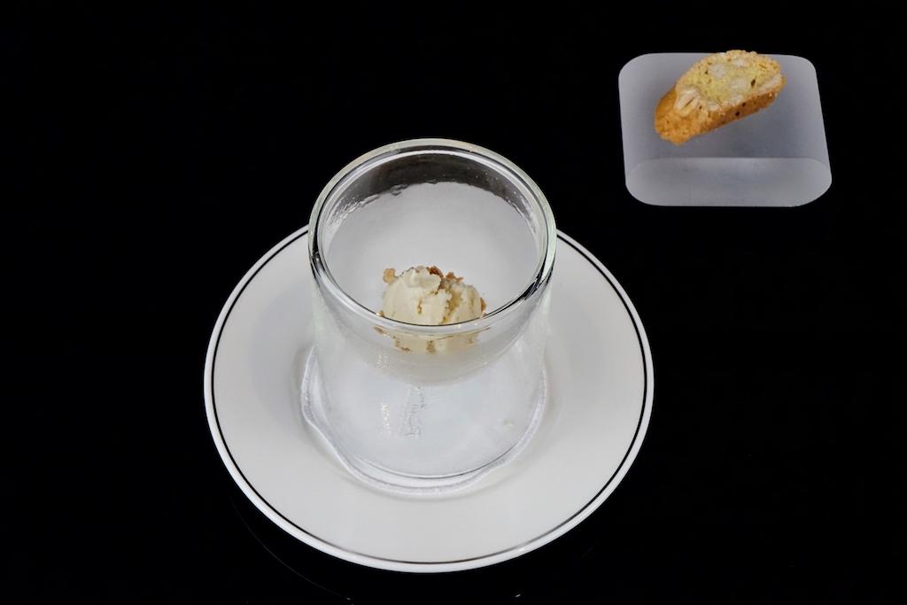 Der Zweiteiler endet mit einem Paukenschlag in Form der Macrona-Mandel. Im dreierlei aus einem Mandel Cantuccini, Mandeleis und Mandelcreme rundet die spanische Adelsfrucht den perfekten Abend süß ab / © Redaktion FrontRowSociety.net