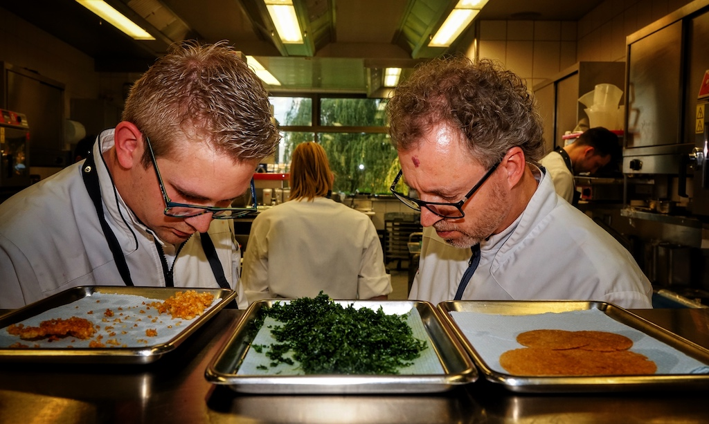 Die Hauptakteure bei der Arbeit, gemeinsam richten Sven Elverfeld und sein Sous-Chef Marvin Böhm, welcher selber schon seit 9 Jahren im aqua kocht, die ersten Teller an / © Redaktion FrontRowSociety.net
