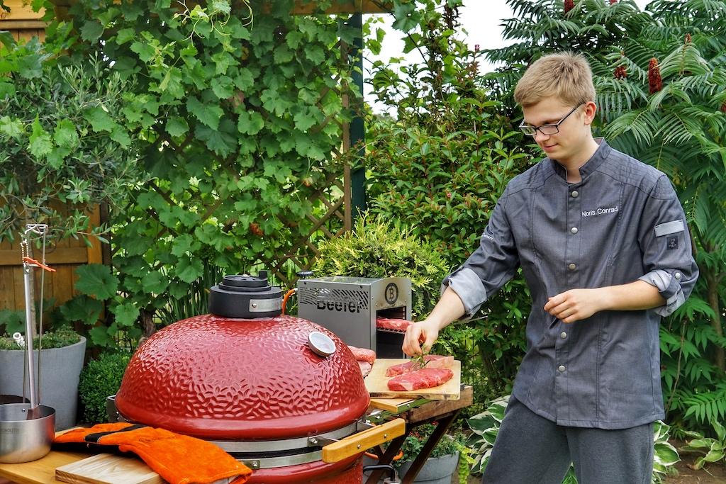 Dank des Meaters kann sich der Grillmeister nun auf andere Dinge konzentrieren, als immer wieder vor Ort die Temperatur ablesen zu müssen