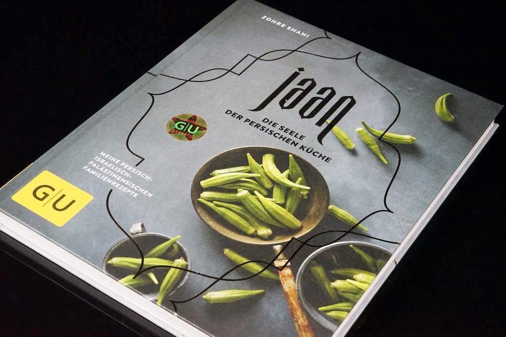 Die überaus gestandene Bedeutung der Okraschote in der persischen Küche kann der Leser bereits auf dem Cover des Kochbuches erkennen. / © Redaktion FrontRowSociety.net