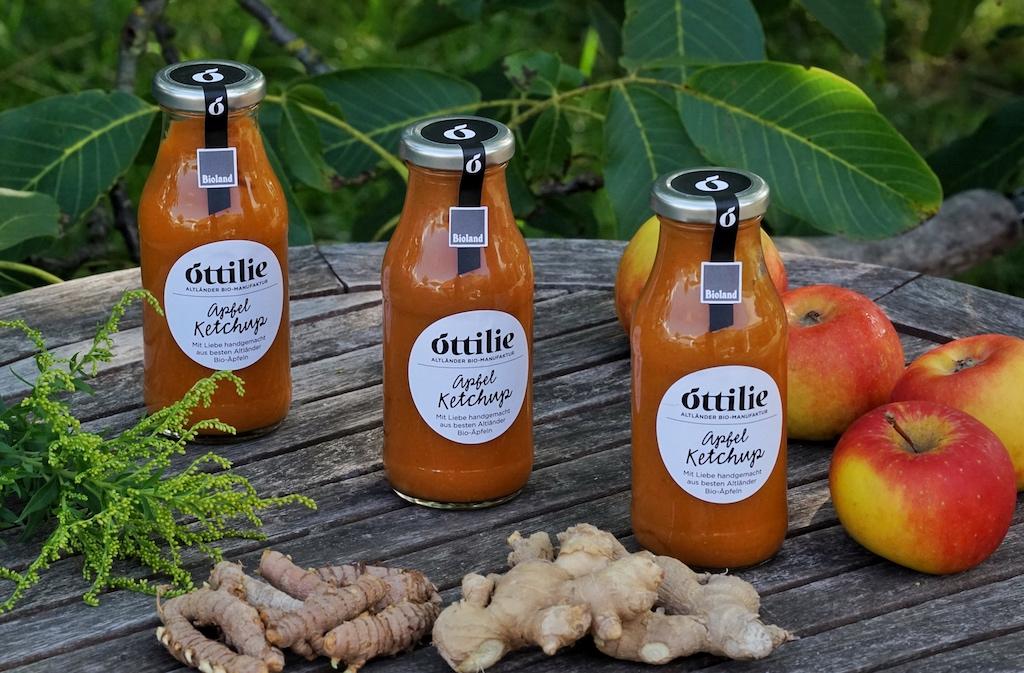 Neben der Versorgung des Sternerestaurants N°4 von Jens Rittmeyer mit biologisch angebauten Produkten, stellt Kerstin Hintz auch eigene Produkte her, wie hier ein Ketchup aus Äpfeln