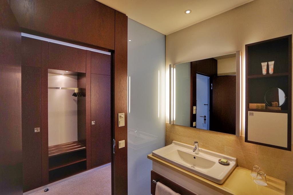 Von Hauptdeck bis zum Brückendeck, die Farben werden heller, so höher der Gast nächtigt - so haben die Suiten auf dem Brückendeck auch eine helle, maritime Farbe wohin gegen die Zimmer im Hauptdeck immer dunkler werden - auch in den gewählten Hölzern im Badezimmer
