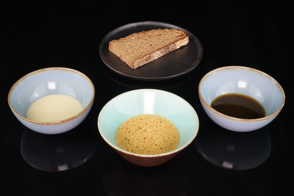 Das Signature von Sternekoch Jens Rittmeyer: Brot und Sauce. hier Zitronen- Thymiansauce, Birnenbalsamessigsauce und Sud von Reh und Wildpflaume