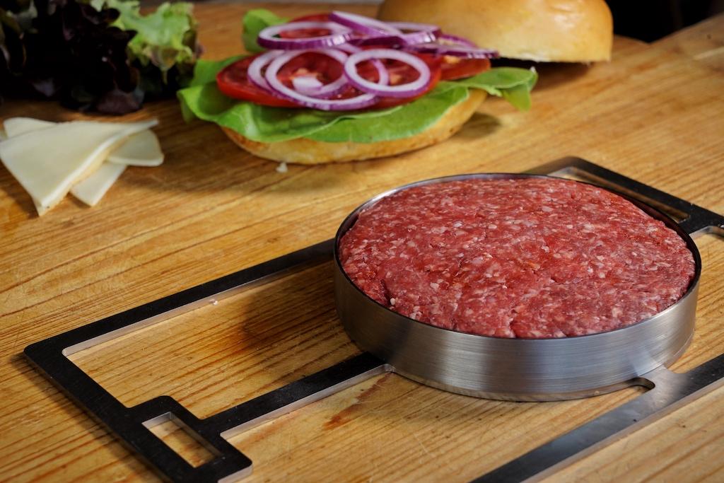 Zur Zubereitung eines erstklassigen Burgers füllt man lediglich den Ring der Burgerform mit Hackfleisch / © Redaktion FrontRowSociety.net