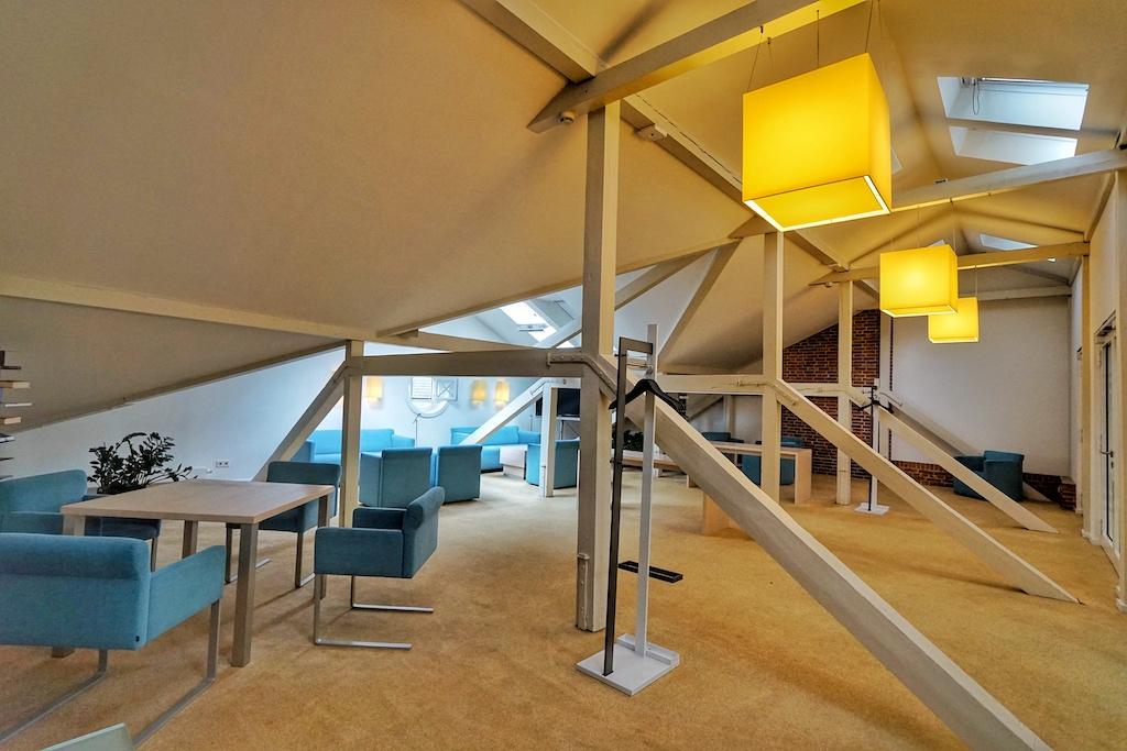 Im Dachgeschoss bzw. auf dem Brückendeck befindet sich ein großzügiger Bereich, den man für kleine Treffen nutzen kann