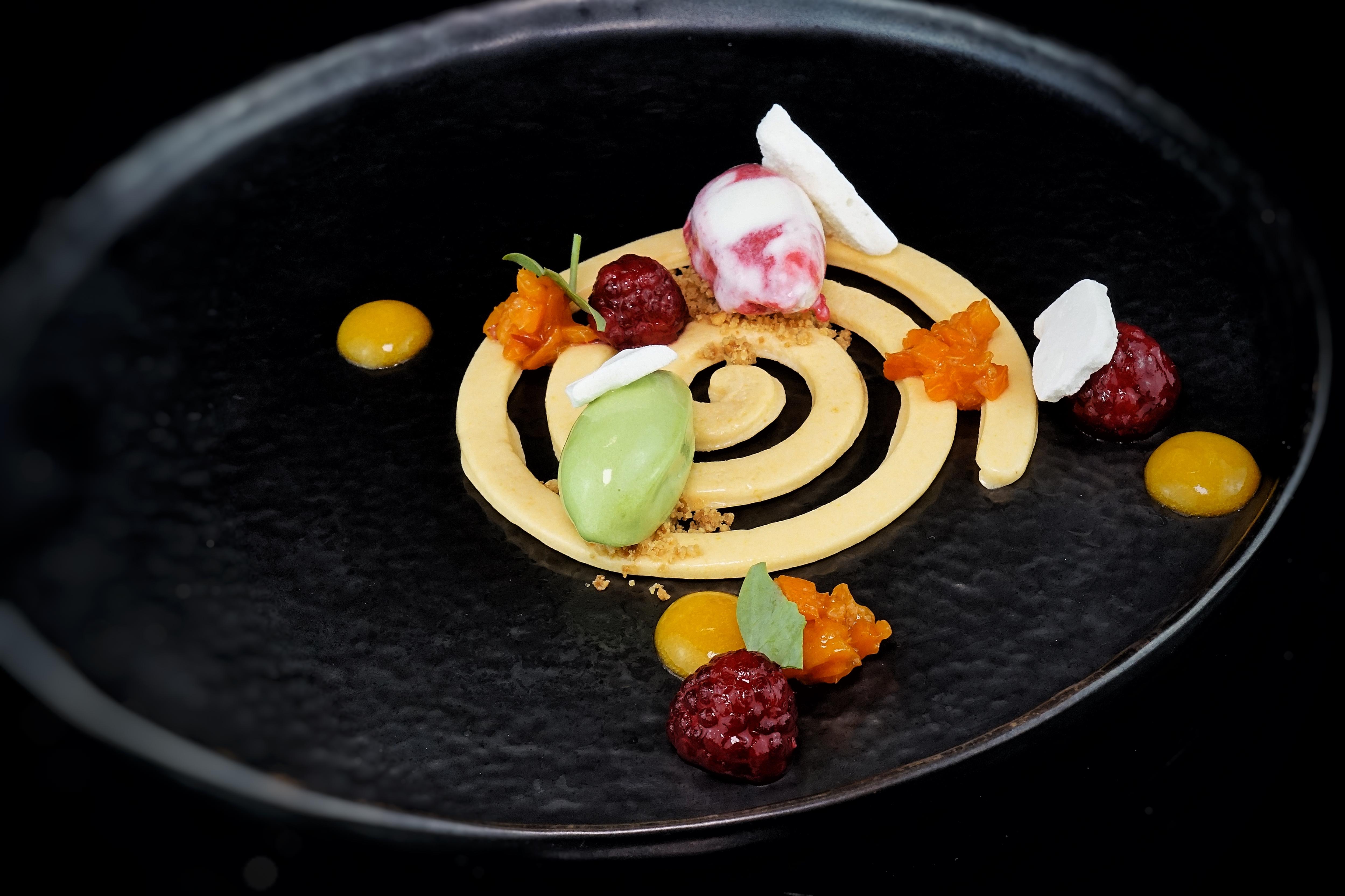 Dessert von Aprikose, Himbeere und Fichtensprosse mit Himbeeren-Verveinesud