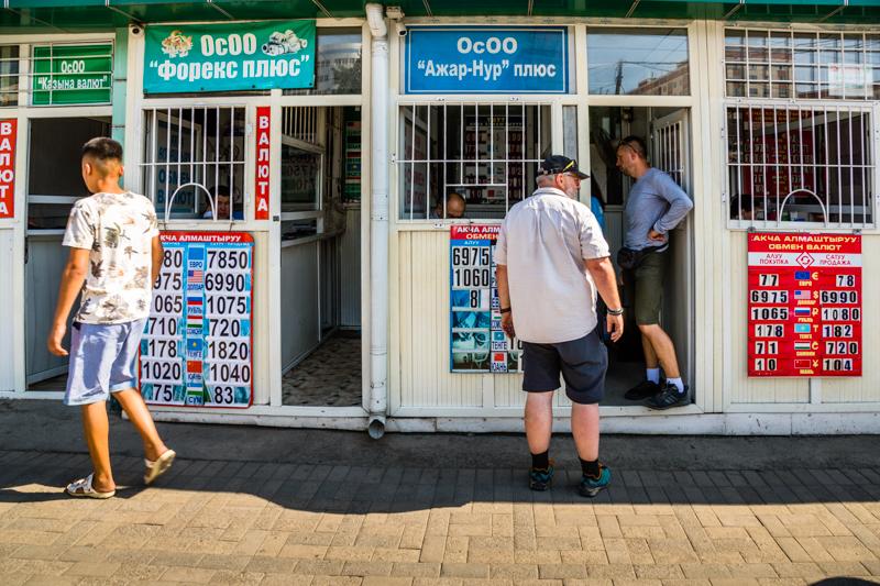 In Osch tauschen zahlreiche Wechselstuben US-Dollar und Euro-Bargeld in die Landeswährung / © FrontRowSociety.net, Foto: Georg Berg