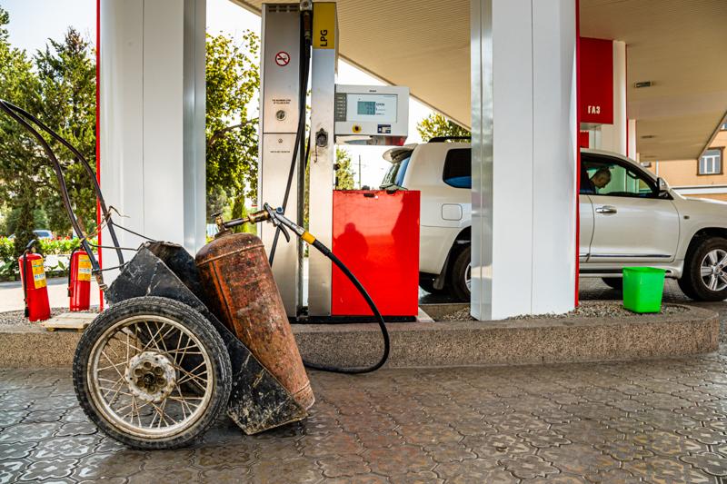 Die meisten Fahrzeuge in Tadschikistan fahren mit dem günstigen Flüssiggas. Aber auch die Flaschen für den Hausgebrauch lässt man sich an der Tankstelle nachfüllen/ © FrontRowSociety.net, Foto: Georg Berg