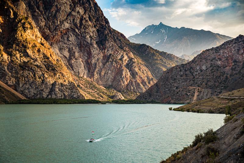 Der Iskanderkul-See liegt nicht weit von der tadschikischen Hauptstadt Duschanbe entfernt / © FrontRowSociety.net, Foto: Georg Berg
