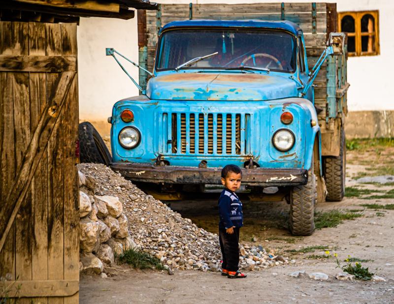 Dem fremden Besucher im Dorf gilt die Aufmerksamkeit auch schon der Kleinsten / © FrontRowSociety.net, Foto: Georg Berg