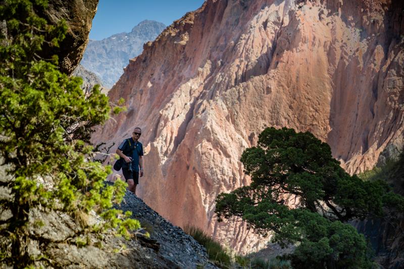 Immer auf der Suche nach besonderen Fotomotiven. Michael aus der Schweiz können die neben dem Pamir Highway gelegenen Wege nicht steil genug sein / © FrontRowSociety.net, Foto: Georg Berg