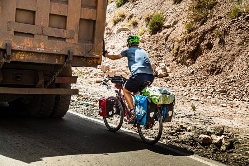 Im Schlepptau eines Transporters lassen sich auf dem Fahrrad gerne mehrere Hundert Höhenmeter überwinden / © FrontRowSociety.net, Foto: Georg Berg