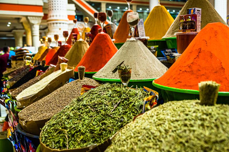 Kunstvoll aufgehäuft: Gewürze wie Pfeffer, Senfkörner, Paprika, Kurkuma oder - eher in kleinen Mengen versteckt – afghanischer Safran / © FrontRowSociety.net, Foto: Georg Berg