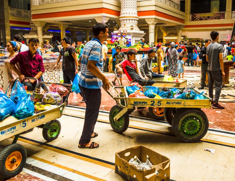 Für die Dauer des Einkaufs werden Assistenten beschäftigt, die Waren einsammeln und nach draußen zum Auto transportieren / © FrontRowSociety.net, Foto: Georg Ber