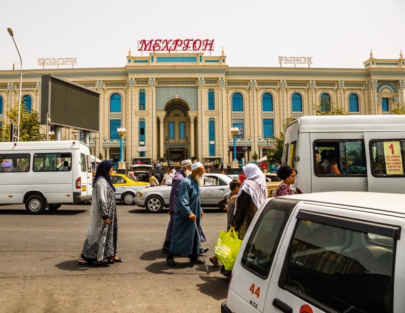 Kaum ein Parkplatz ist vor der neuen Markthalle in Duschanbe mehr frei / © FrontRowSociety.net, Foto: Georg Berg