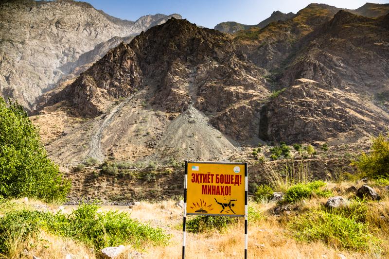 Im Grenzgebiet zu Afghanistan verbergen sich neben der Straße in Tadschikistan immer noch gefährliche Landmienen / © FrontRowSociety.net, Foto: Georg Berg