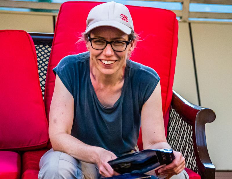 """In der Roof-Top-Bar fühlt Monika sich wohl. Sie hat sich zum Abendessen für die Reipfanne """"Balkan Art"""" entschieden. Nun kann angerichtet werden / © FrontRowSociety.net, Foto: Georg Berg"""