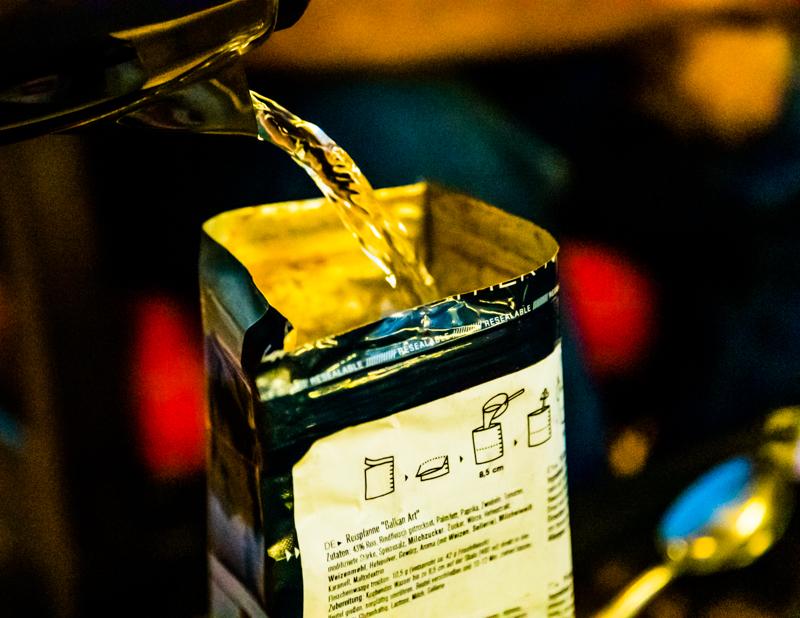 Trek'n Eat: 600 g heißes Wasser zugießen, rühren und nach 10 Minuten ist die Mahlzeit fertig
