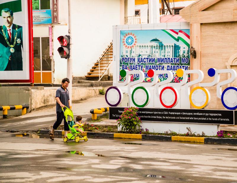 In Kaleikhum erinnert ein Denkmal an vier europäische und amerikanische Radfahrer, die 2018 auf dem Pamir-Highway Opfer eines terroristischen Anschlags geworden sind. Im Hintergrund ein allgegenwärtiges Photo des tadschikischen Präsidenten Emomali Rakhmon / © FrontRowSociety.net, Foto: Georg Berg