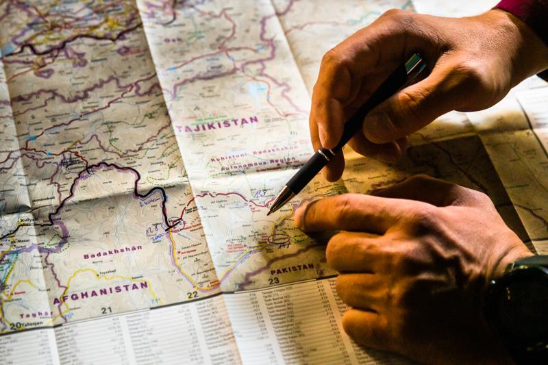 Beim täglichen Briefing lässt sich die Gruppe auf der Landkarte die bevorstehende Etappe erklären / © FrontRowSociety.net, Foto: Georg Berg
