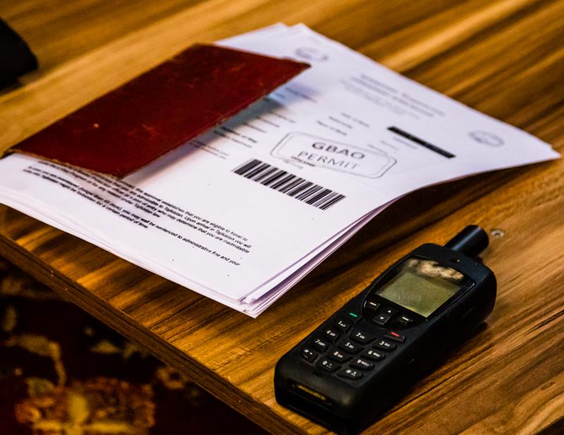 Neben dem Satellitentelefon ständig griffbereit: ein Stapel mit Kopien der Pässe und Visa / © FrontRowSociety.net, Foto: Georg Berg