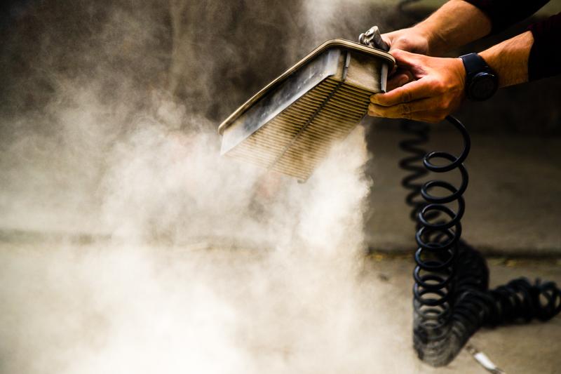 Ein scharfer Luftstrahl macht den Staub wieder sichtbar, der sich im Luftfilter des Motors angesammelt hat / © FrontRowSociety.net, Foto: Georg Berg