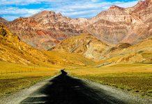 Endlos steigt die Straße zur Überquerung des Pamirgebirges an / © FrontRowSociety.net, Foto: Georg Berg