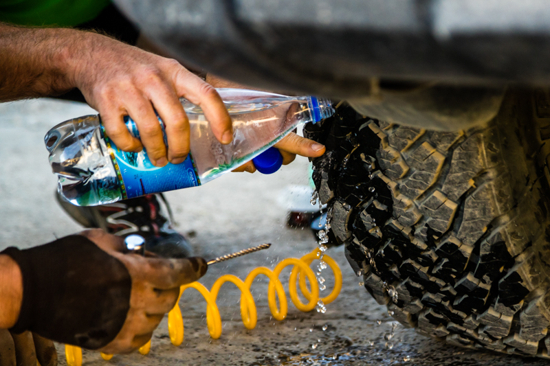 Kompressor, Wasserflasche, Bohrer und ein vulkanisierbarer Gummifaden reichen dem Reifen, um weitere 1.000 Kilometer auf Schotterpisten durchzuhalten / © FrontRowSociety.net, Foto: Georg Berg