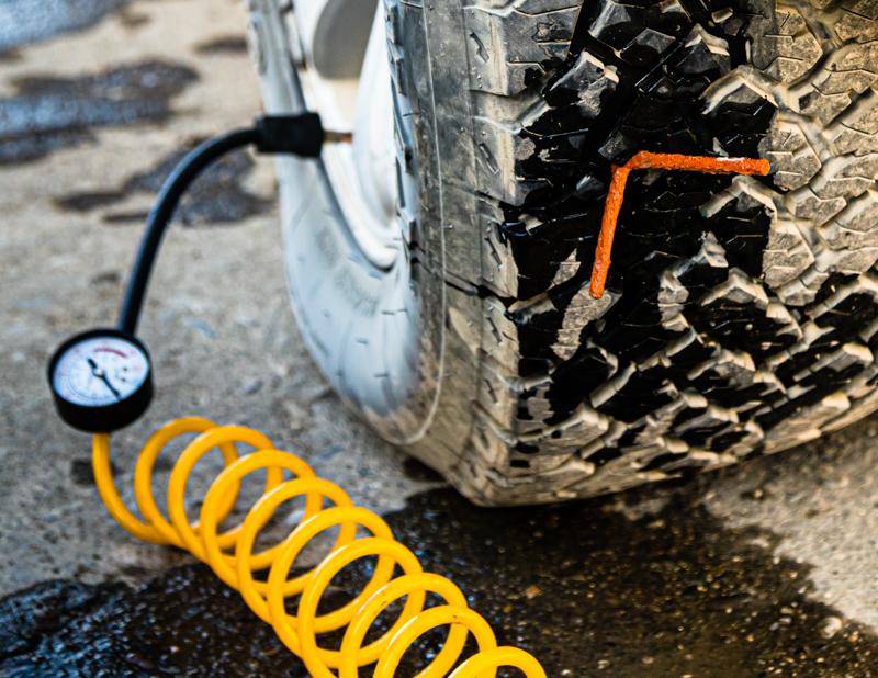 Während der ganzen Operation bleibt der Reifen am Auto und ein an die Batterie angeschlossener Kompressor sorgt für ein Mindestmaß an Druck / © FrontRowSociety.net, Foto: Georg Berg