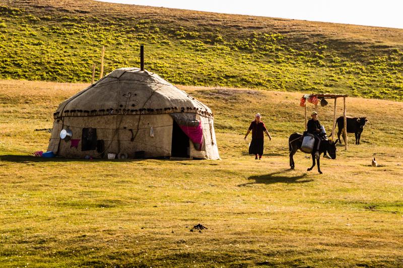 Die Jurten der kirgisischen Nomaden bestehen aus Filztextilien, die über ein Holzgerüst gelegt sind. Sie sind gut transportabel und schnell auf und abzubauen / © FrontRowSociety.net, Foto: Georg Berg