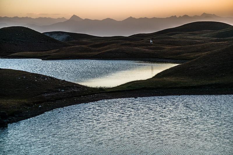 Vorgebirgslandschaft am Fuß des Pik Lenin. Die Berge im Hintergrund gehören zum Tian Shan Gebirge / © FrontRowSociety.net, Foto: Georg Berg