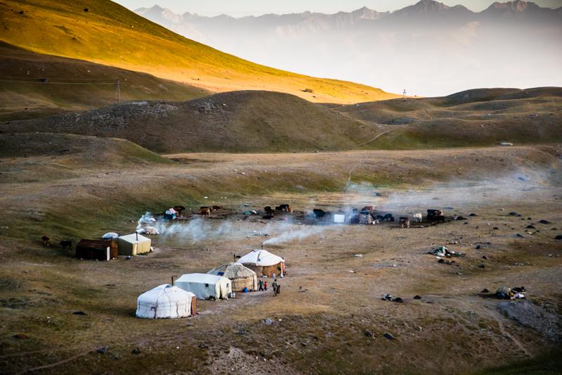 Für die kirgisische Nomadenfamilie am Fuß des Pamirgebirges beginnt ein neuer Tag / © FrontRowSociety.net, Foto: Georg Berg