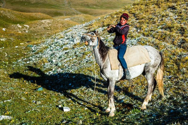 Raureif bedeckt noch die Vegetation. Dschangube hat sich gerade auf sein Pferd geschwungen / © FrontRowSociety.net, Foto: Georg Berg