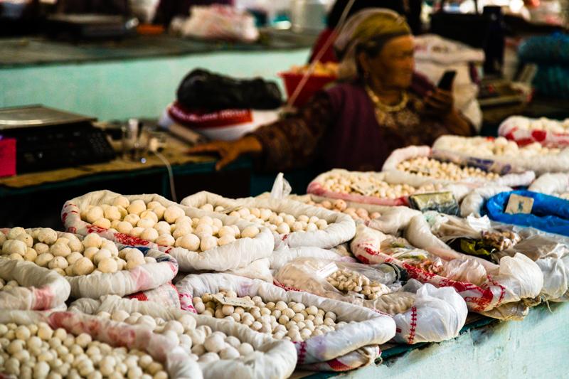 Auf dem Markt in Osch wird eine große Vielfalt von Kurut angeboten. Die harten salzigen Kugeln basieren auf getrockneten Joghurt- oder Sauermilch-Mischungen / © FrontRowSociety.net, Foto: Georg Berg