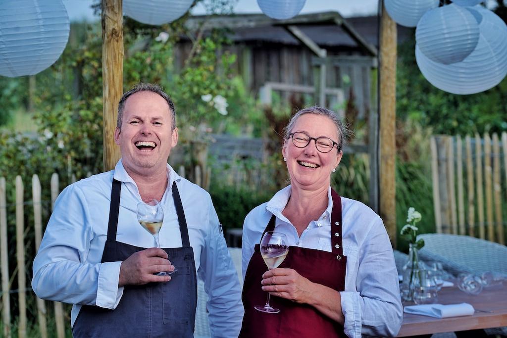 ... der ungemein sympathischen Koch Jens Rittmeyer - hier gemeinsam mit Kerstin Hintz beim Outdoor Gourmet Event Farm to Table auf dem Biohof Ottilie - unter anderem das Rüstzeug für seine erfolgreiche Berufslaufbahn erhalten