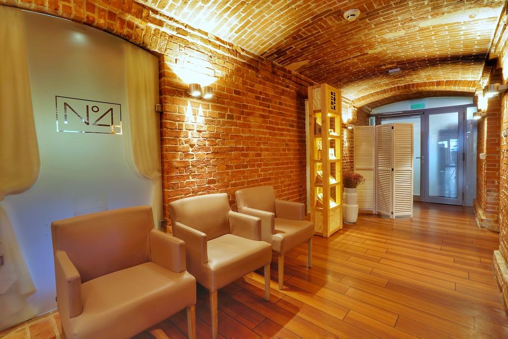 Im Kellergewölbe des Hotels sind das Gourmetrestaurant N°4 beheimatet, dass tradiotionelle Restaurant Seabreeze und die Lighthouse Ba