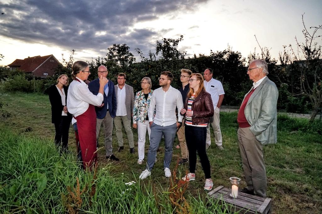 Zwischen den einzelnen Gängen führt Kerstin Hintz, Besitzerin des Biohofes Ottilie die Gäste über das Anwesen
