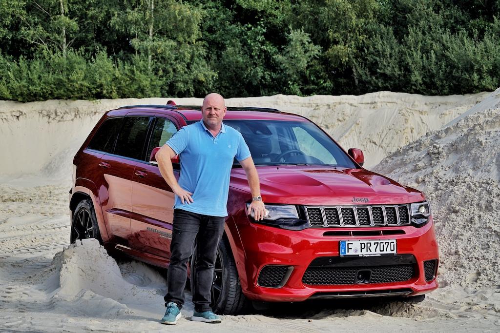 """Der Herausgeber des Luxusmagazin FrontRowSociety war mit dem 710 PS starken Jeep Grand Cherokee auf einer Tour durch die Schweiz. """"Ein Fahrzeug das viel Freude macht, ... die Vernunft muss dabei ein wenig zurückstecken"""", so Andreas Conrad"""