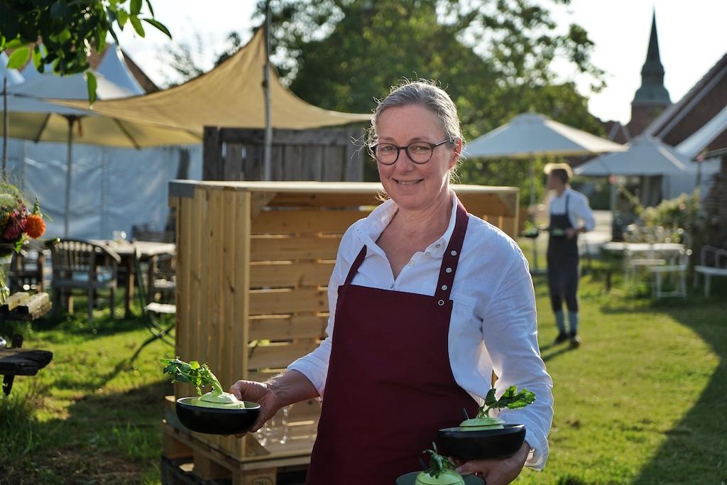 ... auch die Besitzerin des Biohofs Ottilie Kerstin Hintz packt mit an, heute ist jede Hand gefragt, um den Gästen einen unbeschwerten Gourmetabend zu ermöglichen