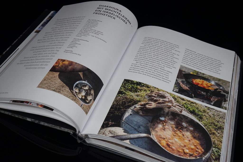 Das Buch führt eine Vielzahl an Rezepten rund um das Feuerkochen auf, vom Shakshuka (Israelisches Frühstück)