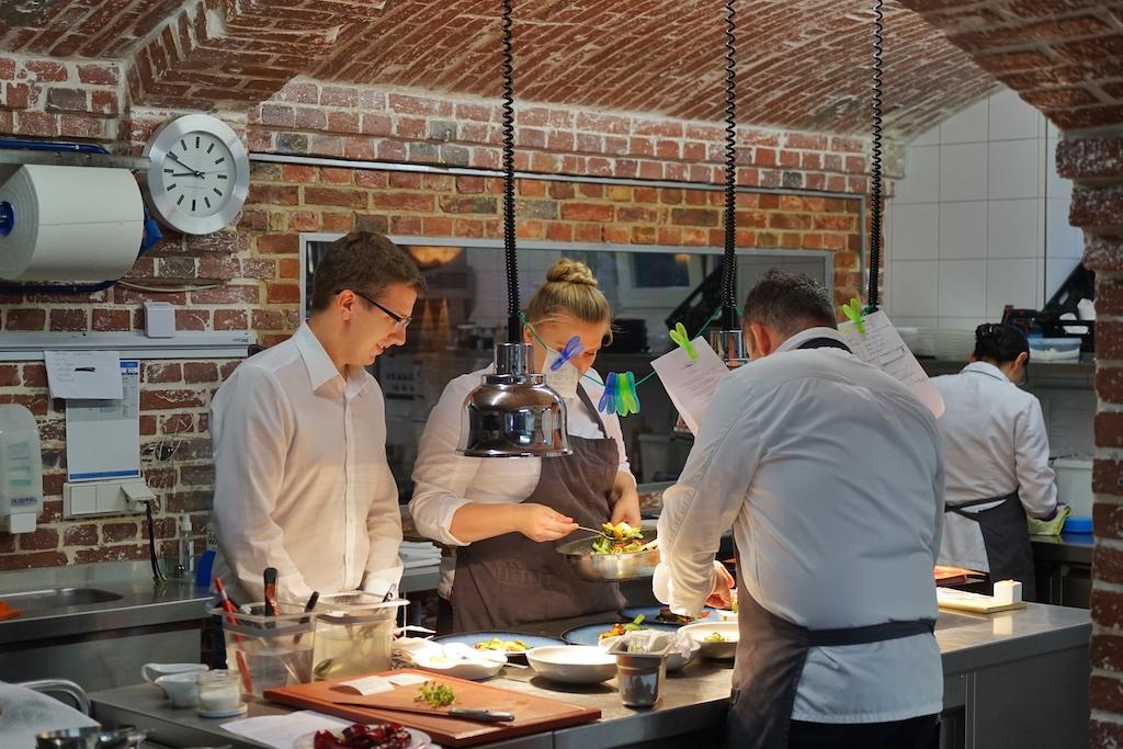 In der Küche entstehen unter Leitung von Küchenchef Jens Rittmeyer außergewöhnliche Kreationen. Adrian Imm (li.) sorgt für einen reibungslosen Service im Restaurant Nr 4 und steht als Sommelier mit Rat und Tat den Gästen zur Seite