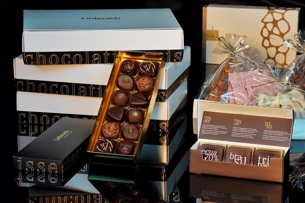 Die Produkte von Läderach chocolatier suisse sind allesamt wahre Köstlichkeiten. Übrigens: Der erste Schweizer Schokoladenmeister (World Chocolate Master 2018) heißt Elias Läderach. Er belegte in 4 von 7 Kategorien jeweils Platz 1