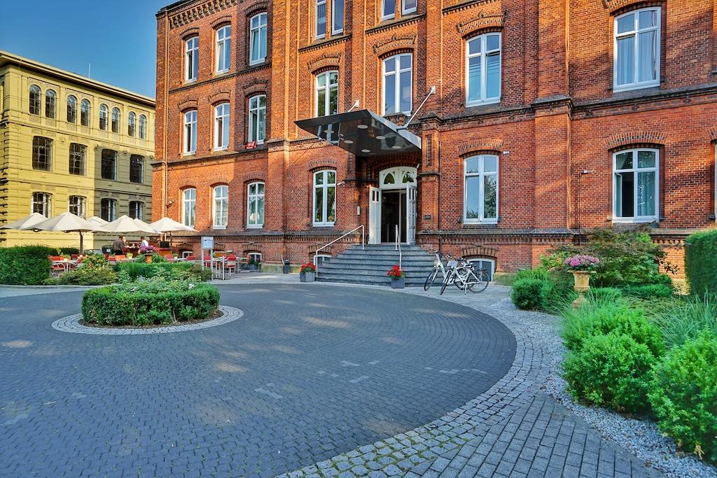 Die Buxtehuder Straße war die Prachtmeile in vergangenen Zeiten, sie zeugt von Reichtum und Macht. In der Nr. 4 befindet sich das NSBhotel Navigare