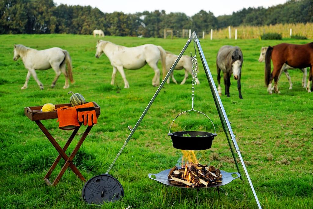 Fast wie vor einigen Hundert Jahren - aber auch nur fast: Kochen am offenen Feuer. Wir haben's ausprobiert, natürlich unter Mithilfe des Petromax-Equipments
