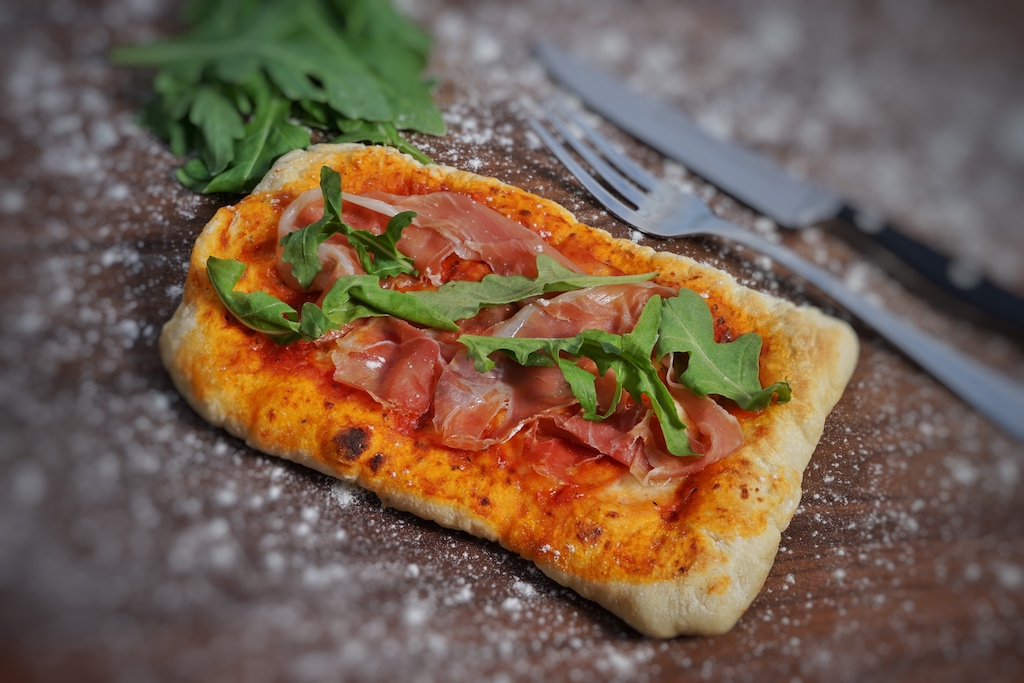 Die Beefer 800 Grad Pizza überzeugt mit einem krossen Boden und angenehmen Röstaromen. Die Variante mit Prosciutto Schinken und Ruccula besticht mit leicht salizen Noten und einem angenehm scharfen Abgang / © Redaktion FrontRowSociety.net