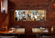 Ein Blick vom Restaurant No 4 in die Küche des Sternekochs Jens Rittmeyer