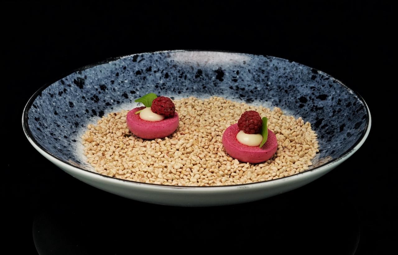 Rote Bete Baiser mit Meerrettich und getrockneter Himbeere Restaurant